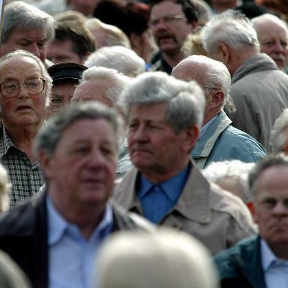 Rentner (bei Demonstration in Berlin 2004): 2067 hat Deutschland 57 Millionen Einwohner - und ein Großteil davon sind Senioren