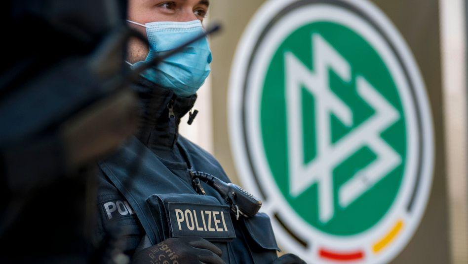 Am Mittwoch untersuchten Beamte auch die Verbandszentrale des DFB in Frankfurt