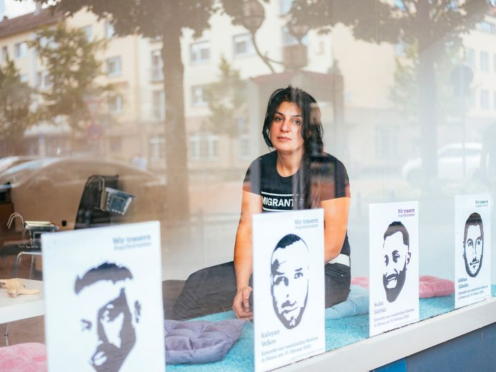Serpil Temiz in den Räumen einer Hanauer Initiative für Hinterbliebene: Die Erinnerung in Bruchstücken