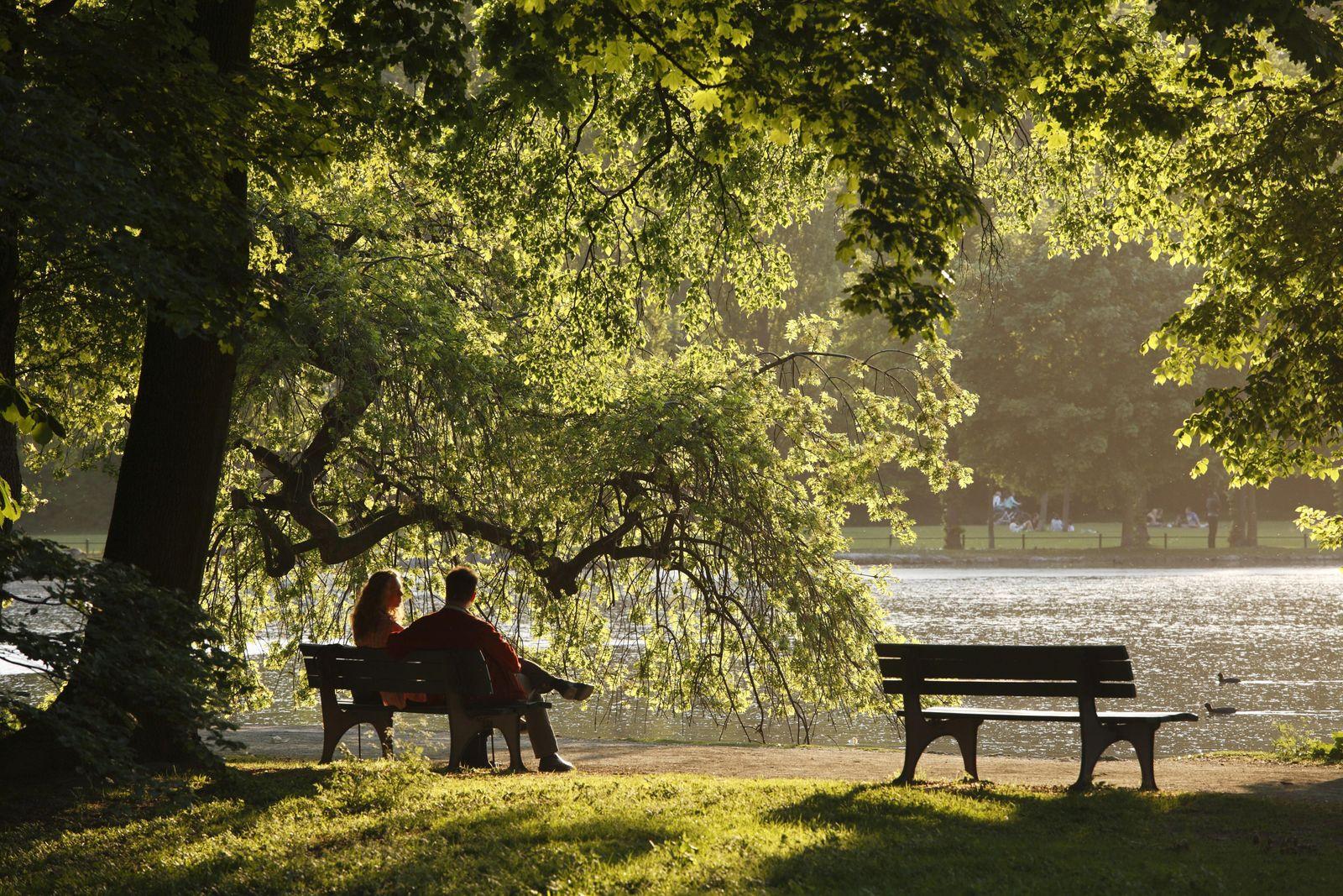 Paar auf Parkbank, Englischer Garten am Kleinhesseloher See, München, Oberbayern, Bayern, Deutschland, Europa