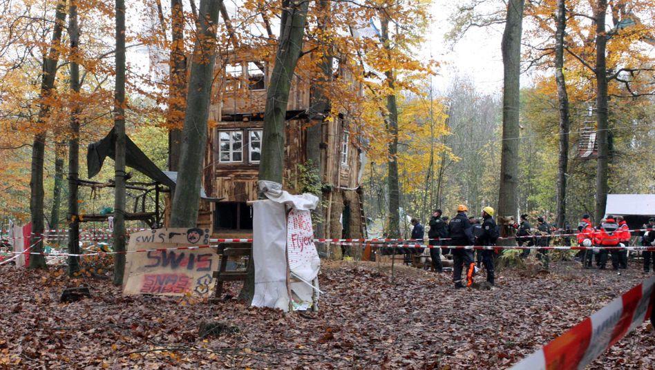 Der Streit um den Hambacher Forst schwelt seit Jahren (Bild von der Räumung eines Waldbesetzer-Camps aus 2012)