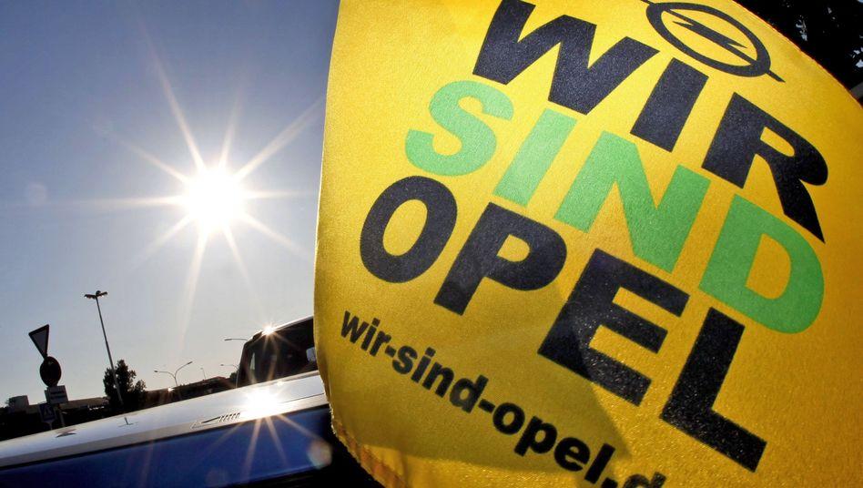Transparent vor der Opel-Zentrale in Rüsselsheim