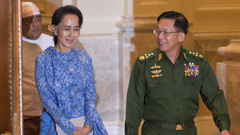 Aung San Suu Kyi und der Oberkommandierende Min Aung Hlaing 2016 im Präsidentenpalast in Myanmars Hauptstadt Naypyidaw