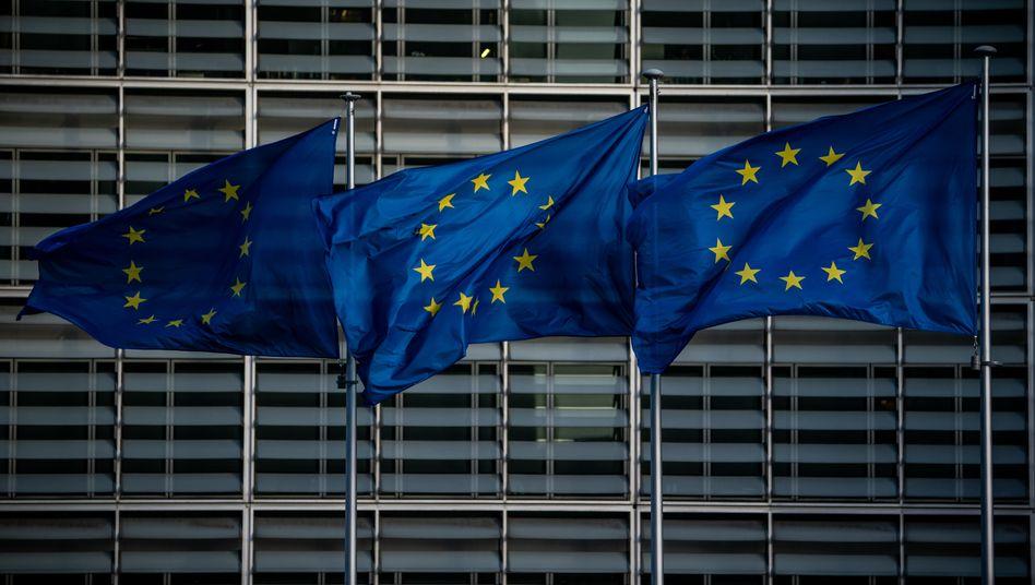 EU-Flaggen in Brüssel: Mitgliedstaaten könnten künftig EU-Mitteln gekürzt werden