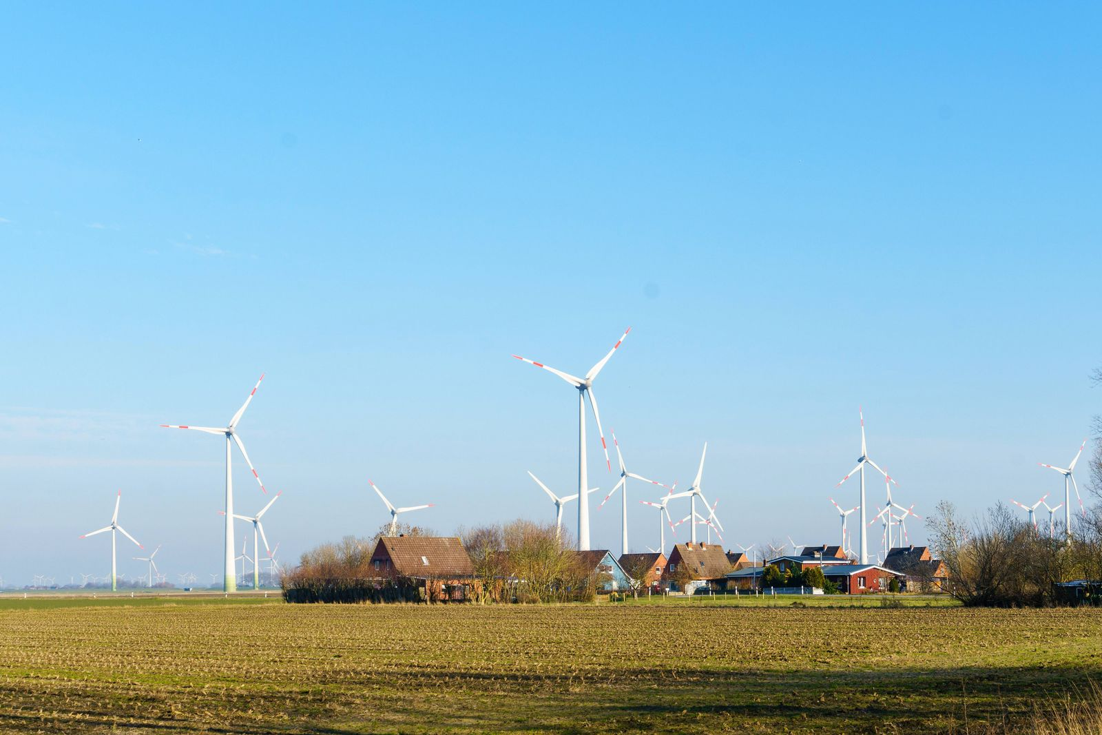 EINMALIGE VERWENDUNG Windenergie / Windräder / Häuser