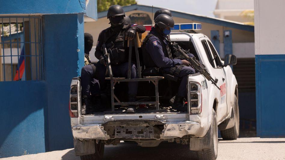 Schwerbewaffnete Polizei in Port-au-Prince