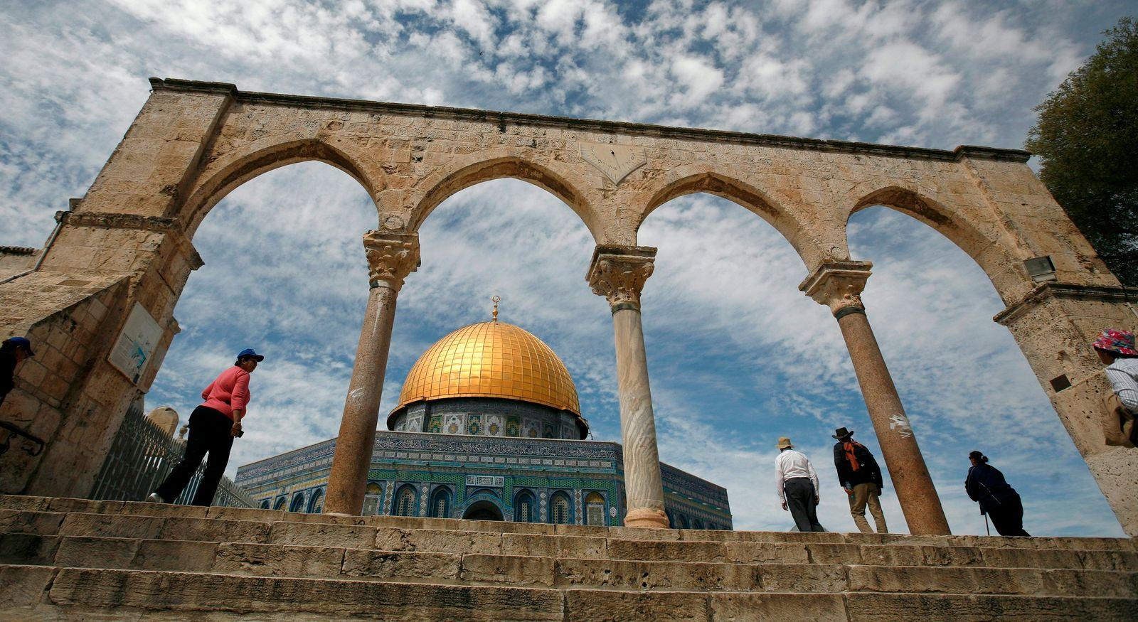 Touristen am Felsendom in Jerusalem