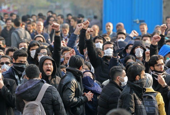 Demonstranten in Iran verbergen ihr Gesicht - sie fürchten staatliche Repression