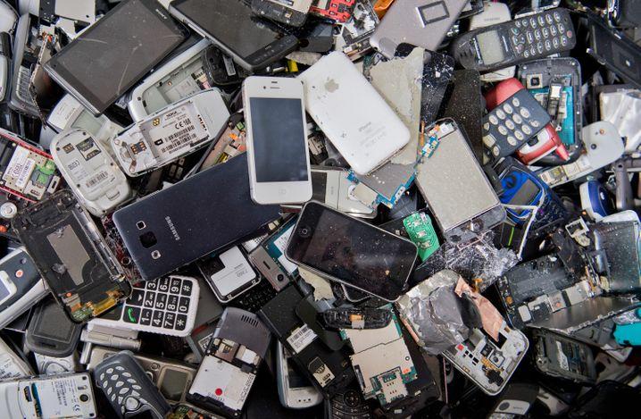 Hier wollte niemand mehr reparieren. Alte Handys warten darauf, geschreddert zu werden