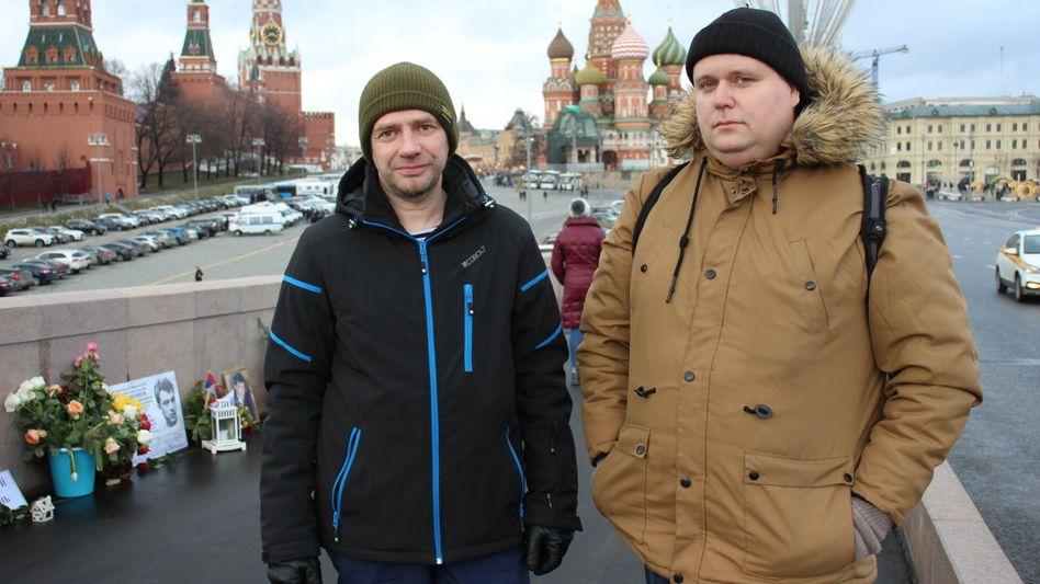 Auf der Brücke am Kreml, am Ort, an dem Boris Nemzow erschossen wurde: Ilja Mischtschenko (r.) und Wladimir Gorjatschew