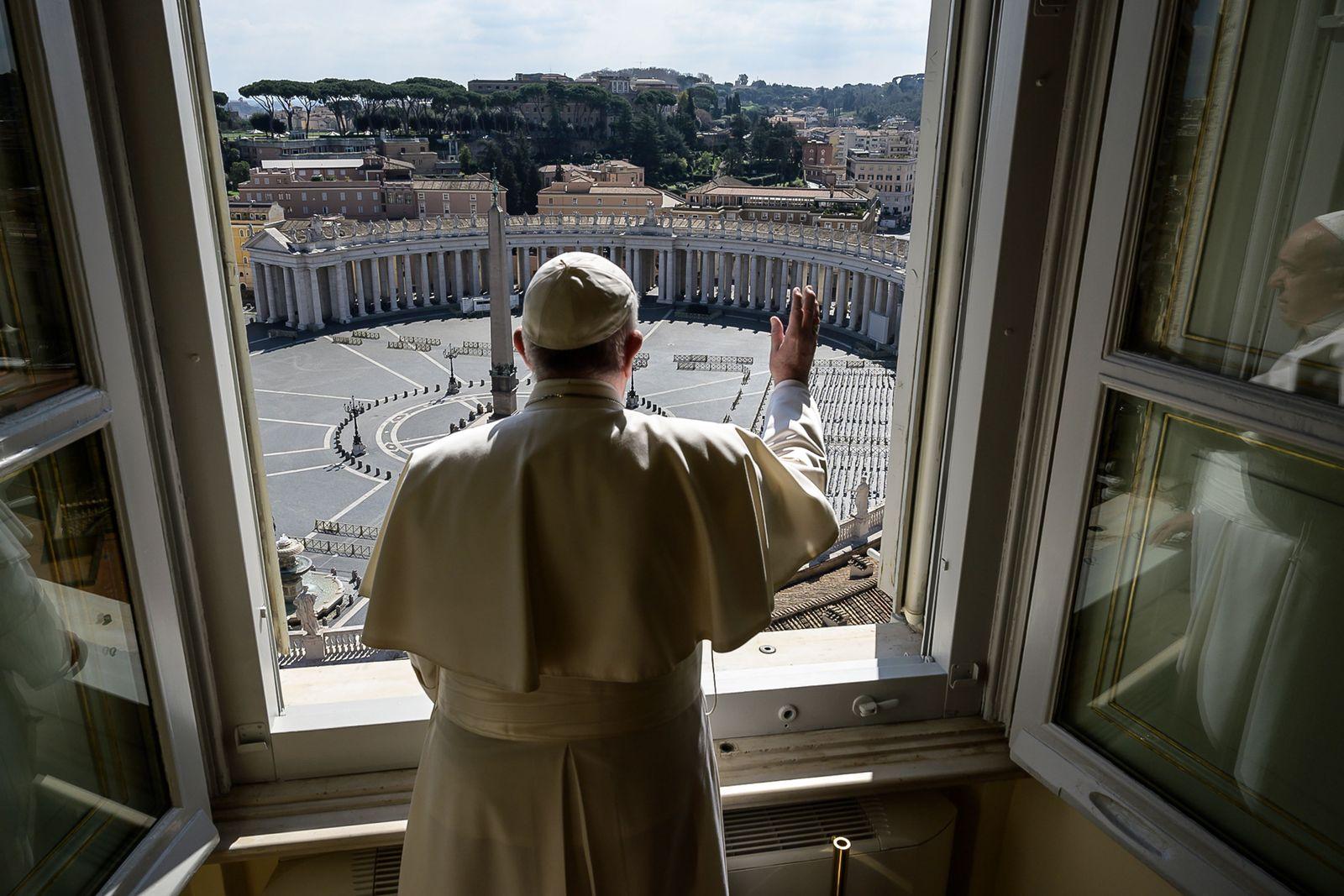 TOPSHOT-VATICAN-POPE-ANGELUS-VIRUS-HEALTH