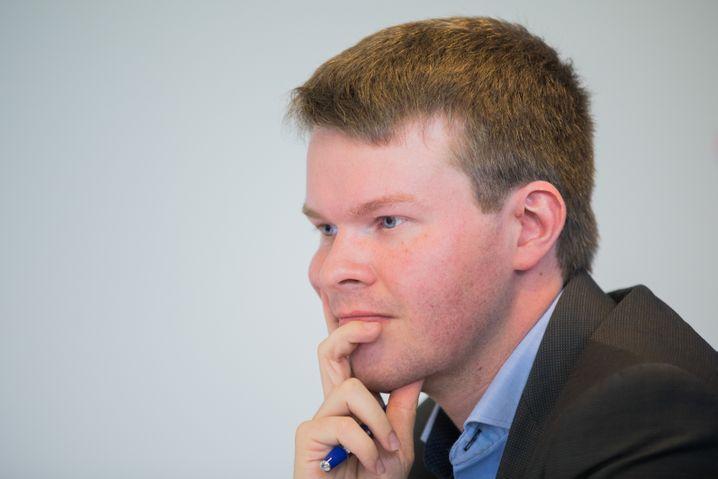 Mathematiker Michael Espendiller (AfD) äußert sich am 27.07.2017 in der Parteizentrale der NRW-AfD in Düsseldorf (Nordrhein-Westfalen) zum Einspruch der Partei gegen das Ergebnis der Landtagswahl im Mai. Die AfD hatte mitgeteilt, dass sie das Wahlergebnis vom 14. Mai überprüfen lassen will. Foto: Rolf Vennenbernd/dpa +++(c) dpa - Bildfunk+++   Verwendung weltweit