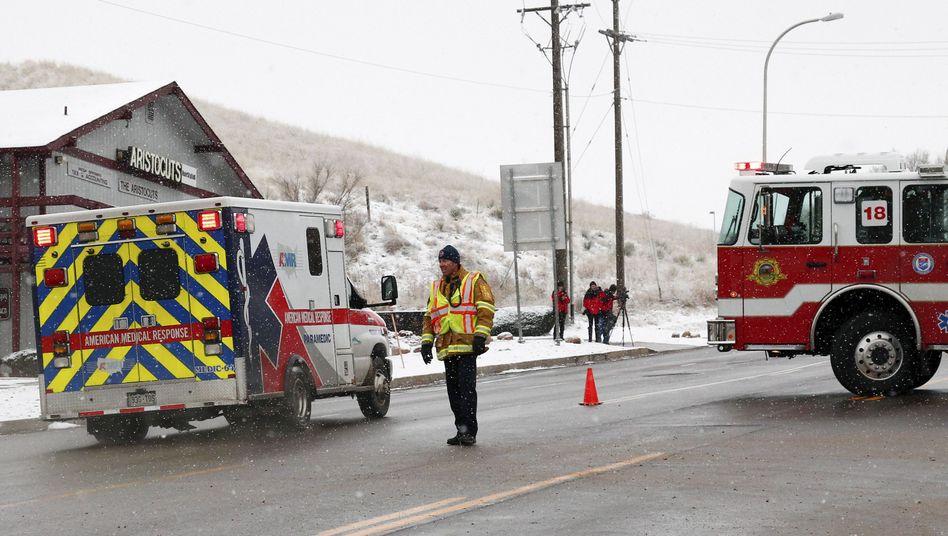 Krankenwagen in der Nähe der Abtreibungsklinik: Es ist unklar, ob einer oder mehrere Schützen das Feuer eröffneten