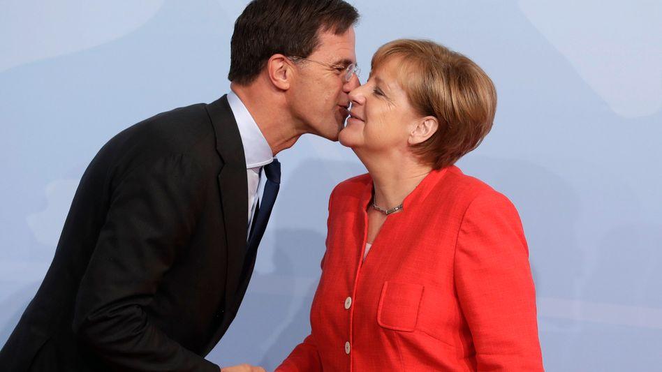 Niederländer sind die Größten: Regierungschef Rutte (1,93 Meter) begrüßt Kanzlerin Merkel (1,65 Meter)