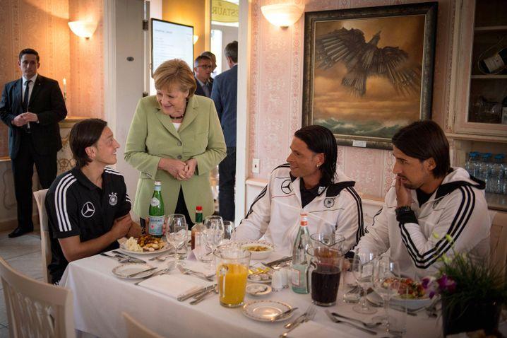 Bundeskanzlerin Angela Merkel zu Besuch im EM-Quartier mit Tim Wiese