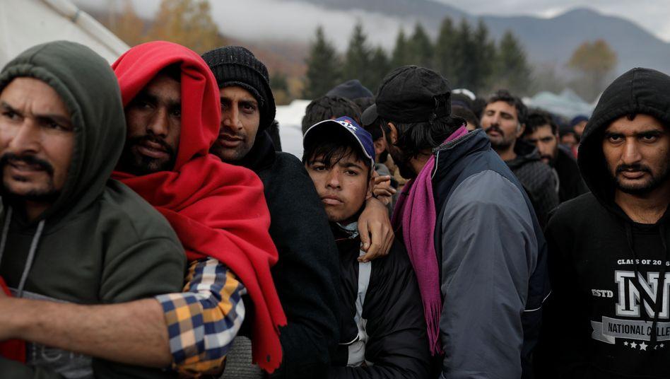 Elendslager Vucjak bei Bihac: Migranten stehen Schlange für ein Paar Schuhe