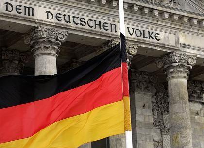 Deutschland-Flagge vor dem Bundestag: Demokratie auf halbmast