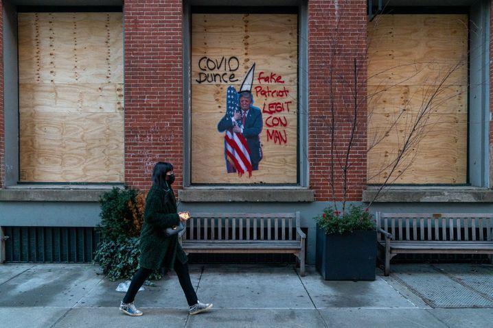 Graffiti mit dem ehemaligen US-Präsidenten Donald Trump, der Corona lange verharmlost und die Folgen vertuscht hat: In den USA wird der Bürgerkrieg zunehmend mit Fäusten und Waffen ausgetragen