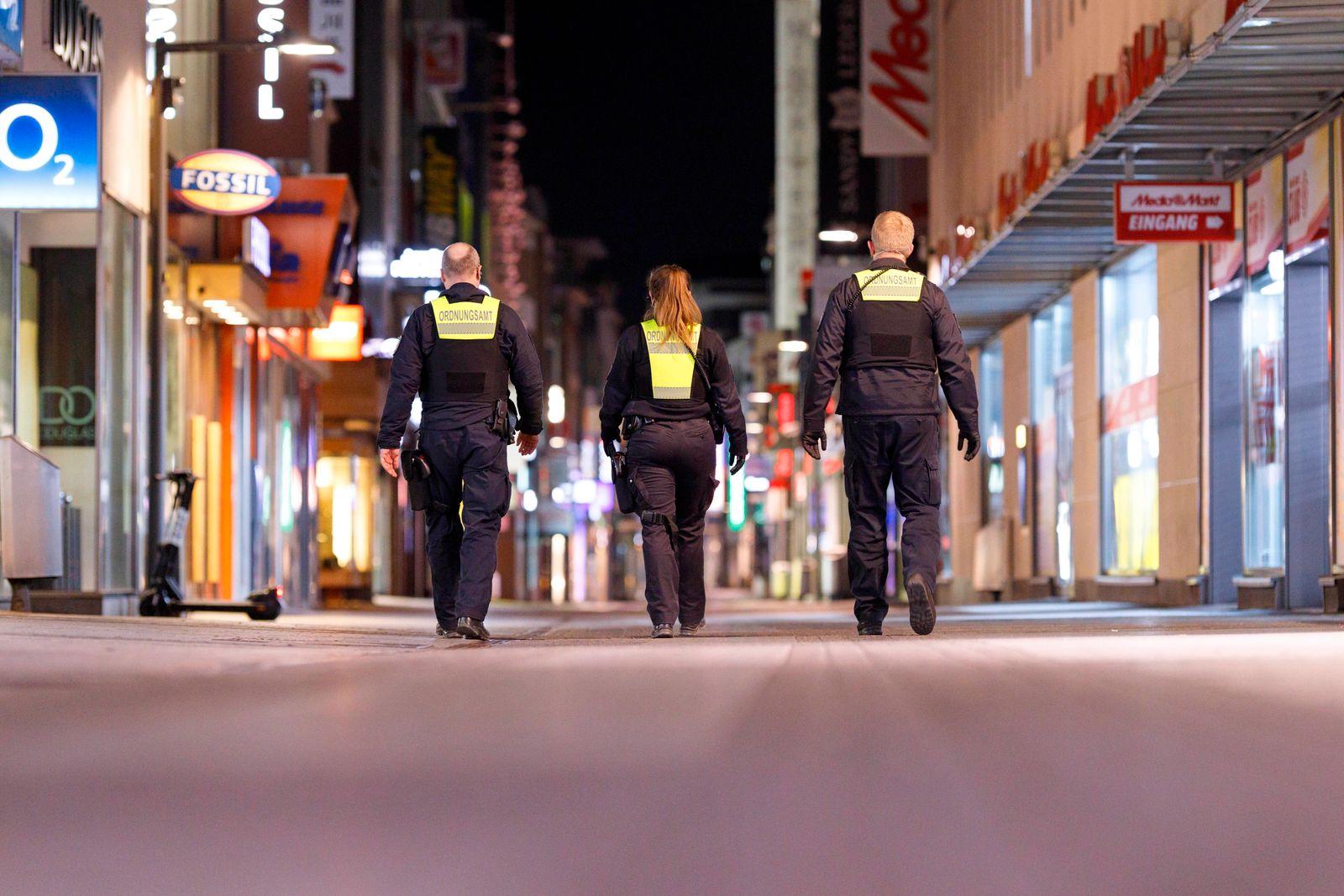 In Köln gelten seit Samstagnacht 0 Uhr Ausgangsbeschränkungen. Das Verlassen der Wohnung ist dann in der Zeit von 21 Uhr
