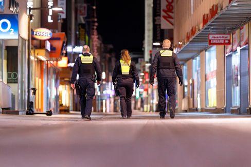 Mitarbeiter des Ordnungsamtes kontrollieren die Ausgangssperre in Köln