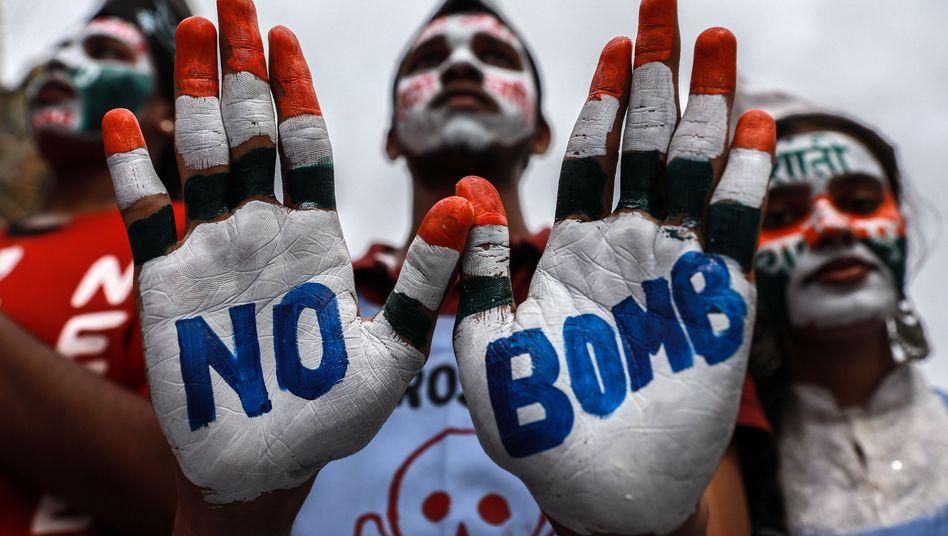 Indische Studenten protestieren gegen Kernwaffen - in Erinnerung an den Atombombenabwurf in Hiroshima