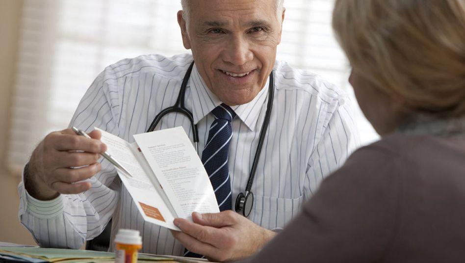 Arzt bei Beratung: Alles schön schlucken