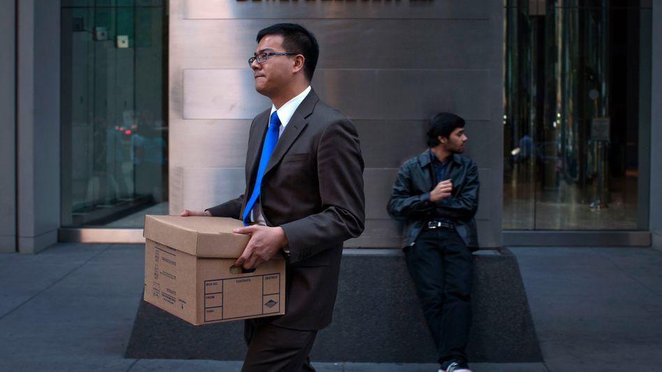 Bilder wie bei Lehman Brothers: Ein Mann verlässt die insolvente Kanzlei Dewey & LeBoeuf