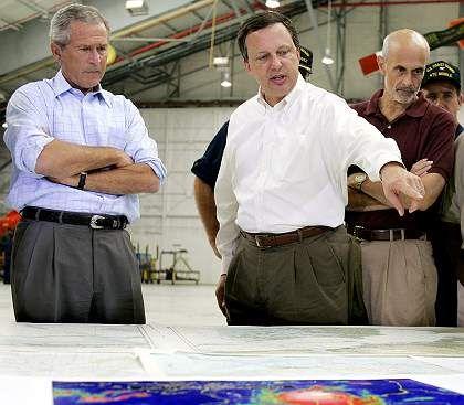 """Bush und Brown bei einer Lagebesprechung: """"Verdammt guter Job"""""""