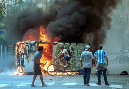 Brennende Barrikade: Auf den Straßen von Buenos Aires wurden Fahrzeuge abgefackelt