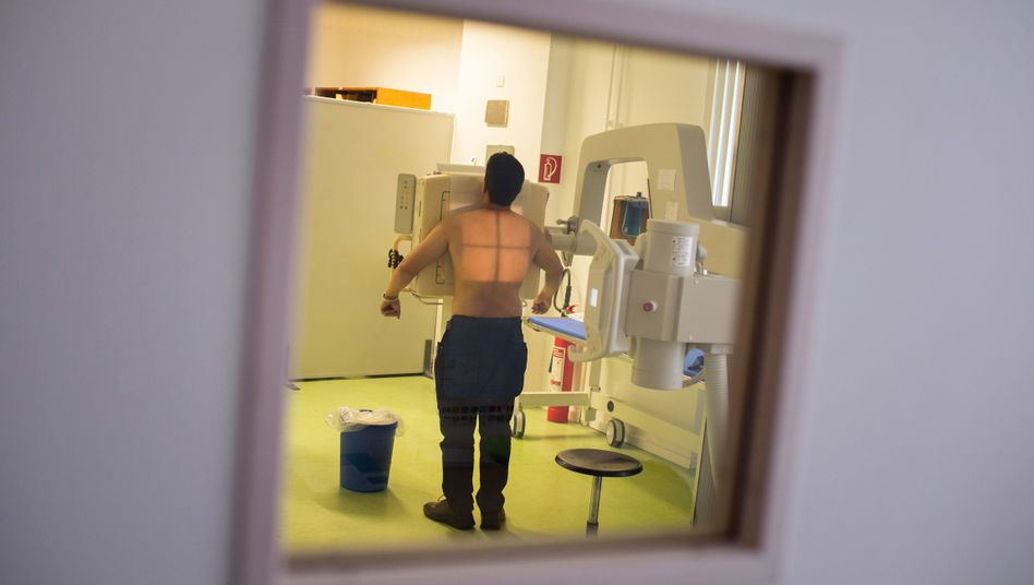 Einem Mann wird im Tuberkulosezentrum Berlin-Lichtenberg der Brustkorb geröntgt