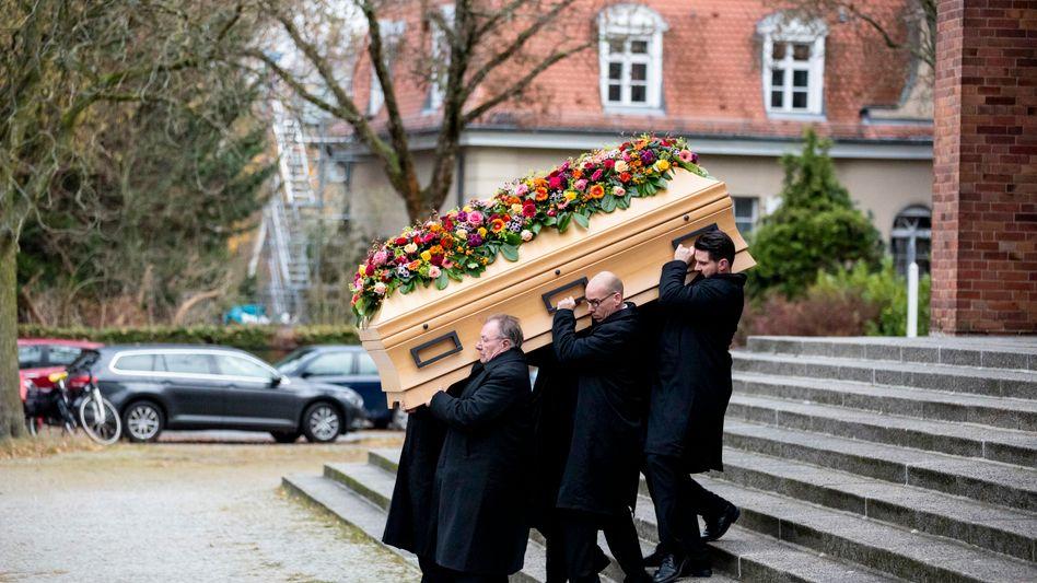 Nach der Trauerfeier wird der Sarg von Fritz von Weizsäcker von Sargträgern aus der Kirche getragen