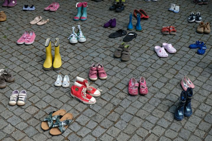 Kinderschuhe vor dem Landtag in Hannover: Die Mitglieder der Initiative «Kinder von Lügde» forderten mit der Aktion im Mai die Einsetzung eines unabhängigen Missbrauchsbeauftragten des Landes.