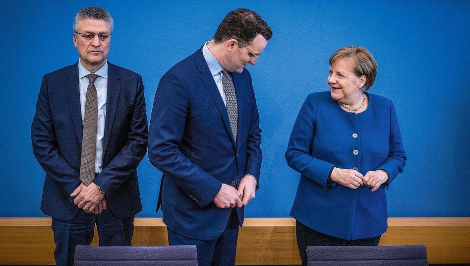 """Institutspräsident Wieler (l.), Politiker Spahn und Merkel bei der Bundespressekonferenz am 11. März:""""Jedes Wort muss gut durchdacht sein"""""""