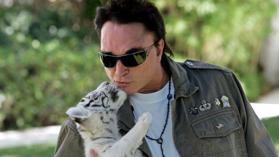 Roy Horn mit Tigerbaby im Jahr 2008