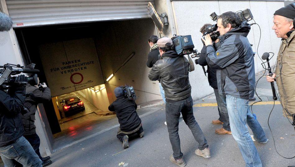 Reporter vor dem Gerichtsgebäude in Mannheim