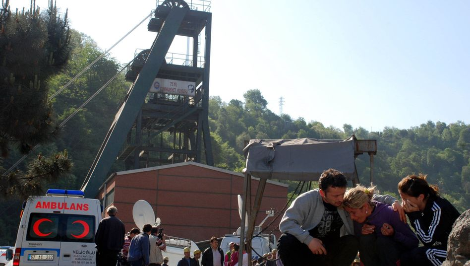 Angehörige vor Mine in der türkischen Provinz Zonguldak: Mindestens 28 Bergleute erstickt