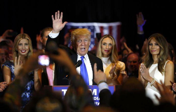 Donald Trump mit Tochter Ivanka (l.), Schwiegertochter Lara Yunaska (2.v.r.) und Ehefrau Melania (r.)