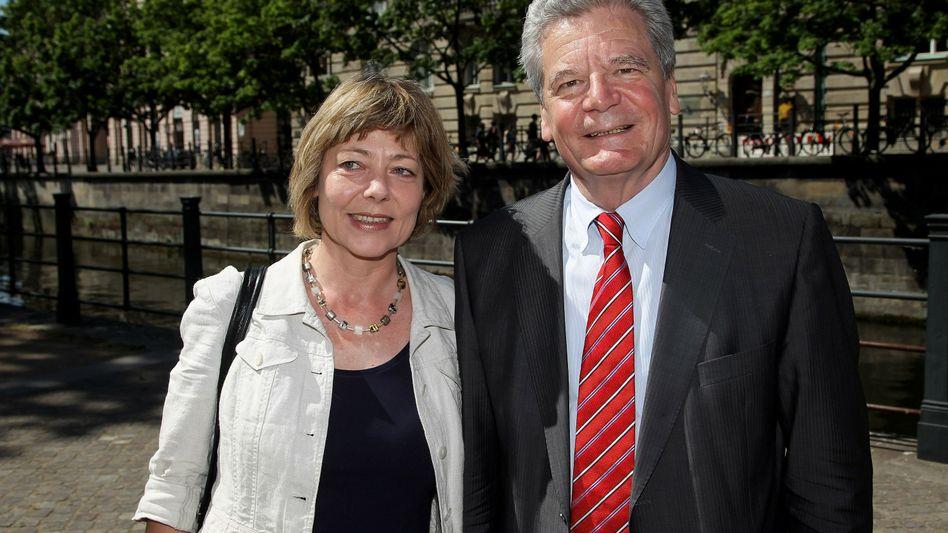 Der Kandidat posiert mit Partnerin: Joachim Gauck und Daniela Schadt