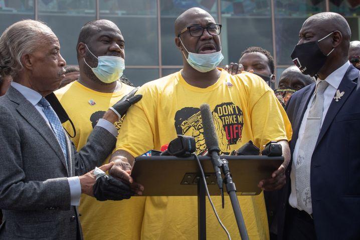"""""""Wir werden Gerechtigkeit bekommen"""": Floyds Bruder Philonise (2.v.r.) mit Bürgerrechtler Al Sharpton und Anwalt Ben Crump"""