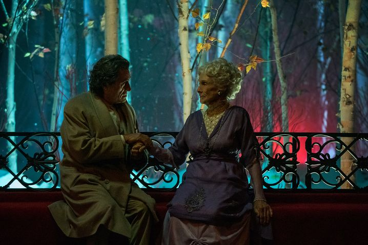 "Ian McShane (Mr. Wednesday) mit Cloris Leachman (Zorya Vechernyaya) in ""American Gods"""