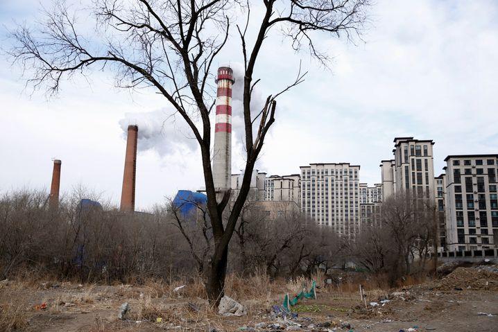 Schornstein neben einem Wohnblock in Harbin: Viel Elektrizität wird in China noch aus Kohle erzeugt