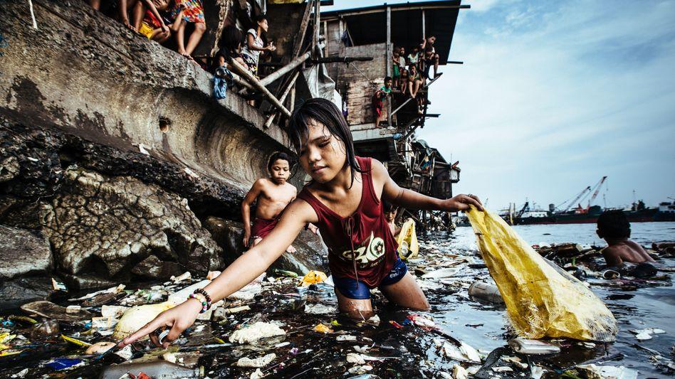 Unicef Foto des Jahres 2019: Die damals 13-jährige Wenie sammelt Plastikabfall aus dem Hafenbecken in Manila