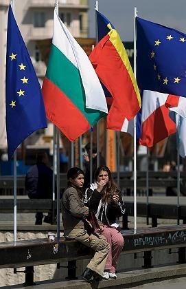 Bulgariens und Rumäniens Flaggen zwischen der EU-Fahne in Sofia: Spannung vor dem Fortschrittsbericht