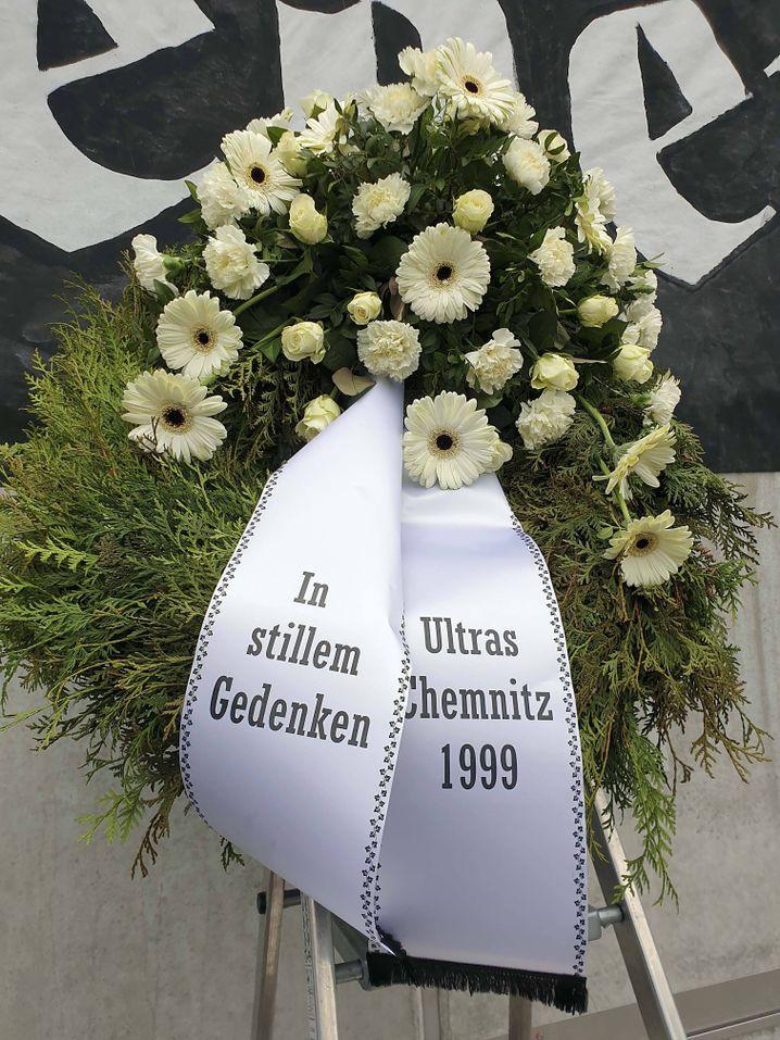 Trauergesteck im Chemnitzer Stadion
