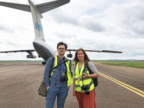 Für Fotografin Maria Feck und Reporter Christoph Titz endete ihre Reise durch Uganda im Bauch einer Iljuschin Il-76 am Flughafen von Entebbe. Auf dem Rollfeld trafen sie auch die russische Crew des Frachtflugzeugs, welche die beiden schwer beeindruckte - besonders der schöngeistige Packer Sergey, ehemaliger Literaturstudent, und ein kahlköpfiger Flugzeugingenieur, der ein beinahe amouröses Verhältnis zu seiner 92-Tonnen-Maschine pflegte.