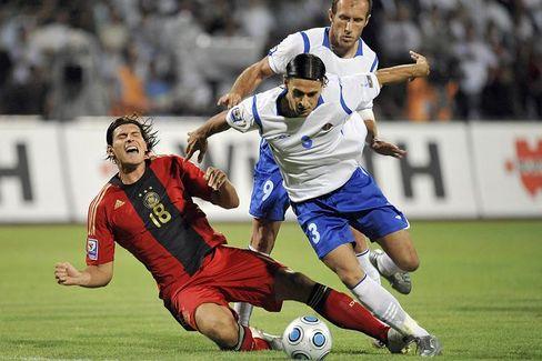 Stürmer Gomez (l.): Sieg gegen Aserbaidschan