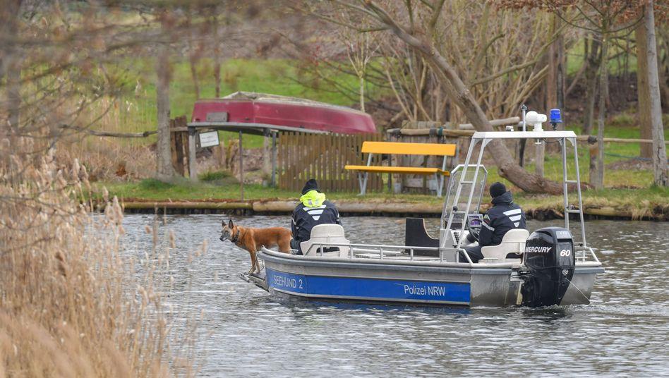 Polizeibeamte suchen mit einem Boot und einem Spürhund nach der vermissten Rebecca