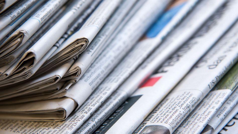 Stapel mit verschiedenen Tageszeitungen