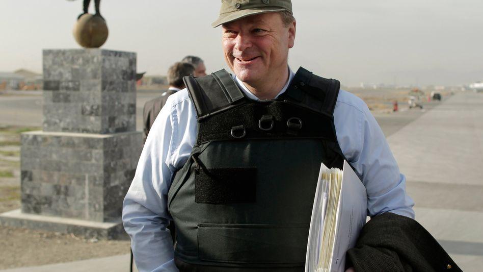 Ex-Minister Niebel (mit Bundeswehrmütze 2010 in Kabul): Neuer Job bei Rheinmetall