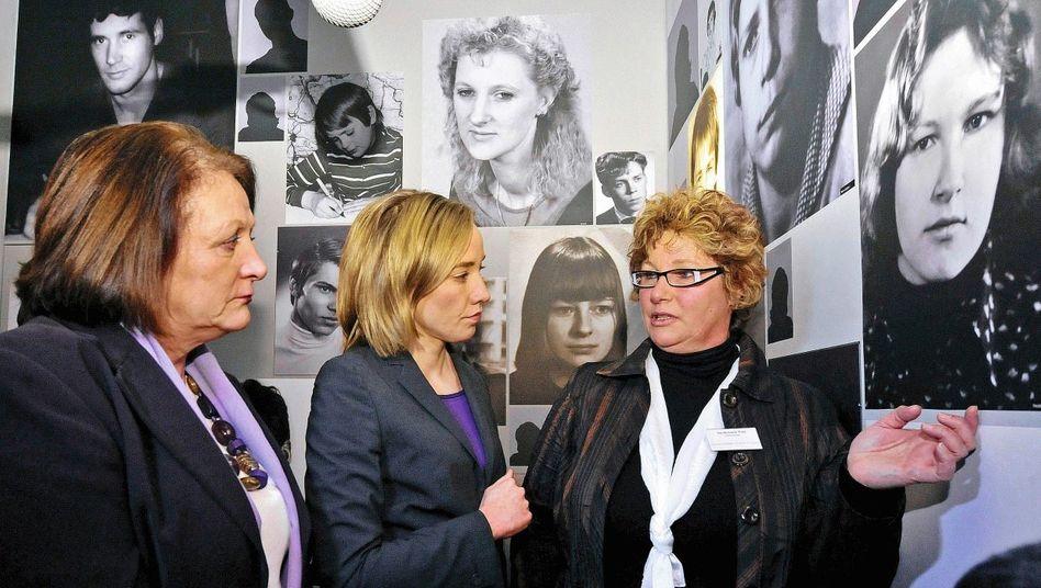Opfer Puls (r.), Ministerinnen Leutheusser-Schnarrenberger, Schröder